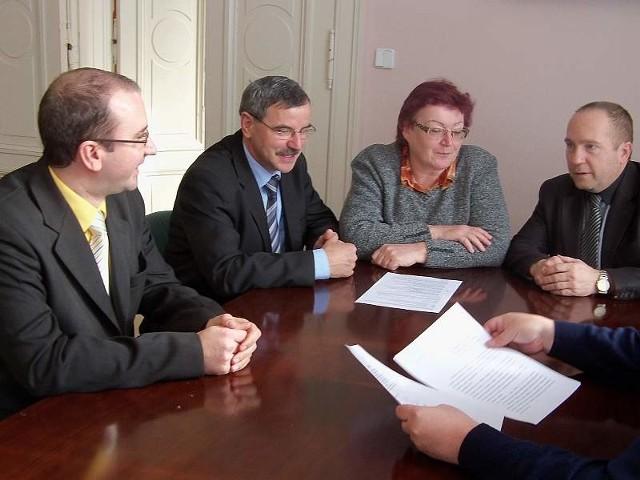 Burmistrz Krnov Renata Ramazanova (w środku): - Razem będzie nam łatwiej zabiegać o uznanie tej drogi za europejski korytarz transportowy. Już dziś korzystają z niej także Słowacy i Węgrzy jadący na północ.