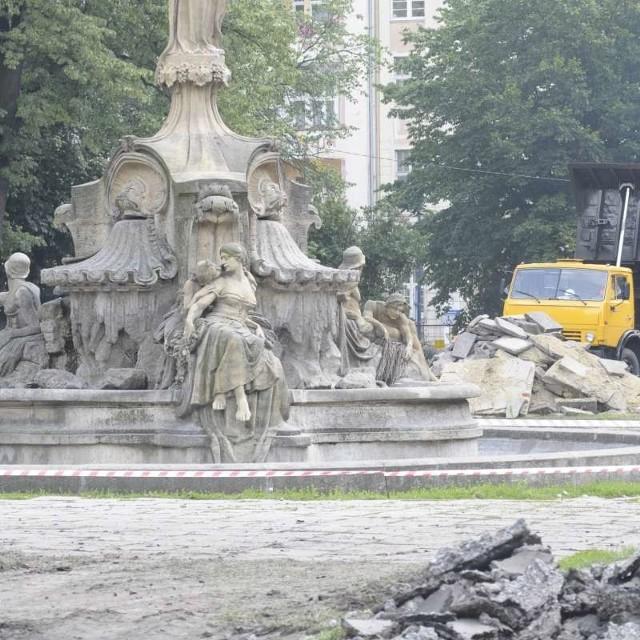 Ratusz chciałby, aby zakończenie remontu fontanny zbiegło się z otwarciem placu.