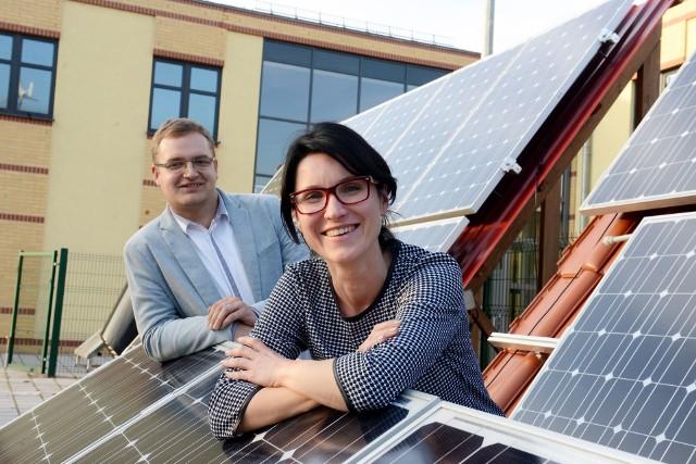 Naszym wkładem w dobro planety może być montaż na dachu domu ogniw fotowoltaicznych. Będziemy czerpać mniej energii albo w ogóle z sieci i zaoszczędzimy na rachunkach
