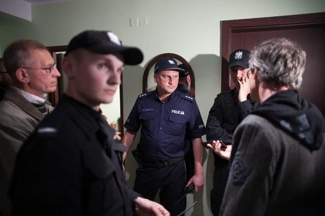 """Policjanci w lokalu SM """"Śródmieście"""" próbowali zapobiec awanturze między domagającymi się dokumentów członkami spółdzielni a pracownikami."""