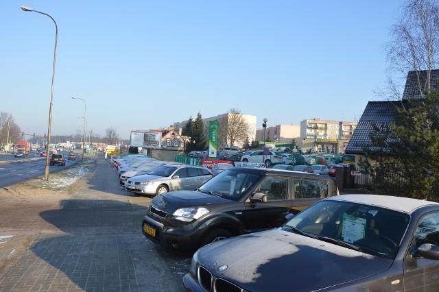 Na parkingu przy ul. Batorego 71-75 często zajęte są niemal wszystkie miejsca postojowe
