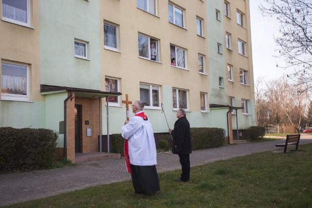 W piątek (27 maraca) po ulicach parafii Sanktuarium Św. Józefa Obl. NMP w Słupsku przeszli kapłani w Drodze Krzyżowej. Wierni modlili się ze swoich okien oraz balkonów.Ze względów bezpieczeństwa Droga Krzyżowa nie mogła odbyć się w formie zgromadzenia