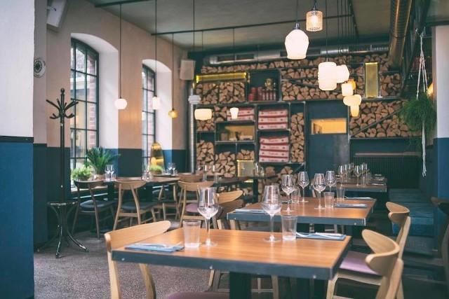 """Te restauracje zostały zamknięte w czasie epidemii lub tuż po odmrożeniu gastronomii:1. Novo, KatowiceWłoska restauracja w kamienicy przy ul. Warszawskiej w Katowicach istniała zaledwie kilka lat. Już dorobiła się jednak wzmianki w przewodniku Gault&Millau oraz wiernych gości. Prowadził ją znany śląski szef kuchni, uczestnik programu """"Top Chef"""" Przemysław Błaszczyk. Restauracja miała zjawiskowy, jak na Katowice, ogródek letni na podwórku kamienicy.Zobacz kolejne zdjęcia. Przesuwaj zdjęcia w prawo - naciśnij strzałkę lub przycisk NASTĘPNE"""