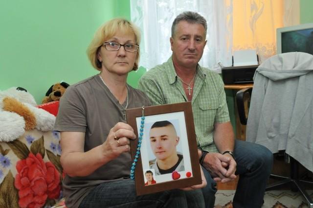 Lucyna i Adam Jawoszkowie nigdy nie pogodzili się ze śmiercią swojego syna, który miał ambitne plany na przyszłość. Chciał zacząć służbę w Marynarce Wojennej w Ustce. Rodzice byli i są przekonani, że śmierć ich syna nie była tylko nieszczęśliwym wypadkiem.