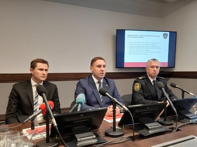 Od lewej: wiceprezydent Piotr Grzelak, wiceprezydent Piotr Borawski oraz komendant gdańskiej straży miejskiej Leszek Walczak.