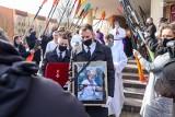 Pogrzeb Aleksandra Doby w Policach. Wielki podróżnik spoczął na Cmentarzu Komunalnym. W ostatniej podróży żegnały go tłumy - 10.03.2021