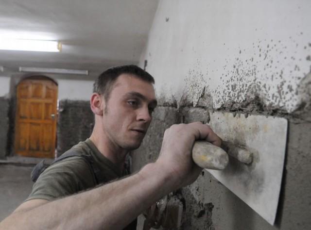 Trzeba się nieźle namachać! Jan Kaszubski pracuje przy remoncie pomieszczeń podstawówki nr 1.