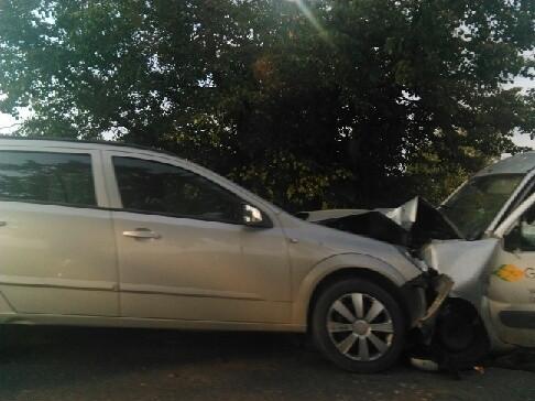 Wypadek w Rudawie. Czołowe zderzenie dwóch samochodów osobowych.