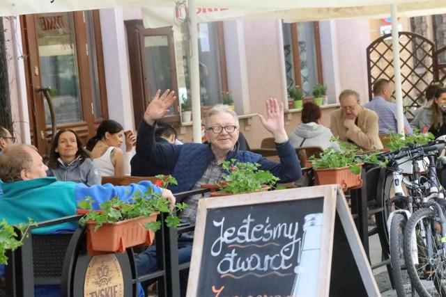 Zgodnie z rządowym harmonogramem znoszenia obostrzeń, od piątku 28 maja restauracje i inne lokale gastronomiczne będą mogły przyjmować gości wewnątrz. Co jeszcze zmienia się w najbliższych dniach w Polsce? Zobacz koniecznie na kolejnych slajdach >>>>>