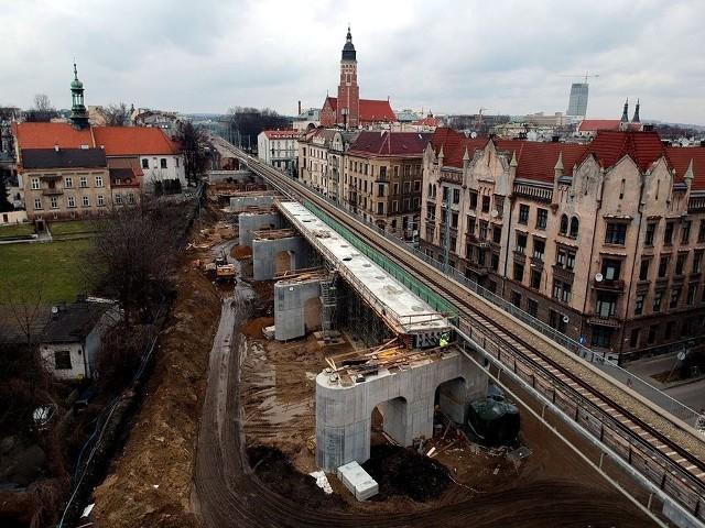 """Kolejarze z PKP PLK informują, że """"wzdłuż ul. Blich gotowe są niemal wszystkie podpory nowych estakad kolejowych""""."""