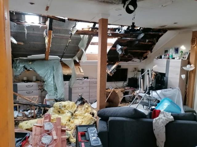 Tak wyglądało wnętrze domu krótko po ugaszeniu pożaru, który wybuchł w nocy na poddaszu.