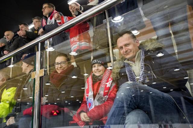 Hokeiści BKS Bydgoszcz przegrali na własnym lodowisku z Nestą Toruń 6:8 w towarzyskim meczu, który odbył się w poniedziałkowy wieczór. Spotkanie doskonale rozpoczęło się dla gospodarzy, którzy najpierw prowadzili 3:0, a po pierwszej tercji 6:3. W kolejnych dwóch częściach meczu bramki zdobywali już jednak tylko torunianie. W drugiej odsłonie Nesta raz skierowała krążek do siatki; w ostatniej tercji dorzuciła 4 gole i wygrała ostatecznie 8:6. Zobacz zdjęcia z lodowej tafli i trybun Torbydu >>>