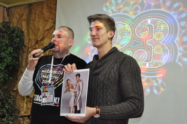 Michał Baryza ( z prawej) i Tomasz Skiniński, prowadzący aleksandrowski  koncert WOŚP.Aleksandrowie