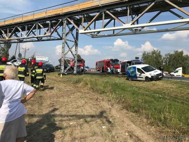 Według wstępnych ustaleń policjantów, 87-letni kierujący fiatem, wyjeżdżając z drogi podporządkowanej, wymusił pierwszeństwo przejazdu na 38-letnim kierowcy peugeota. W wyniku zderzenia ranny został kierowca fiata - śmigłowiec LPR przetransportował go do USK  Opolu. Na badania został też zabrany 9-letni pasażer peugeota. Zgłoszenie wypadku policjanci otrzymali o godz. 12.26.