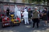 Koronawirus w Chinach: Nowe ognisko w Pekinie. Wprowadzono obostrzenia: zawieszają kursy autobusów, a wielu chce uciec z miasta [wideo]