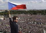 Czechy: Największe demonstracje od czasu upadku komunizmu [ZDJĘCIA] 250 tys. protestujących na ulicach Pragi