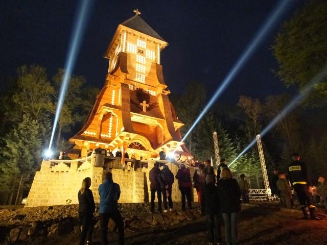 Wzgórze Pustki w Łużnej rozświetlą znicze pamięci o ofiarach.