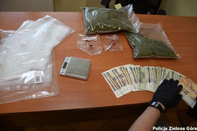 37-letni zielonogórzanin miał w mieszkaniu ponad 460 gramów suszu konopi indyjskich i przygotowywał narkotyki do sprzedaży