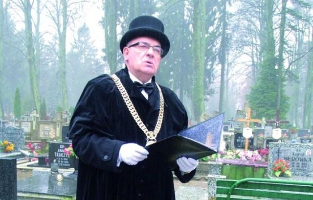"""W Polsce stopniowo przybywa osób, które decydują się na pogrzeb """"bez księdza"""", czyli pochówek świecki. Czym się różni od pogrzebu kościelnego? Ile kosztuje? Kto go prowadzi? Zobacz na kolejnych slajdach ---->Na zdjęciu Jerzy Litwin, mistrz ceremonii pogrzebowych."""