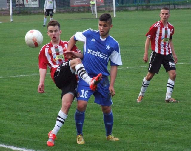 Krzysztof Pierzchała (z lewej, w pasiastej koszulce) strzelił w barwach Beskidu w meczu przeciwko Wiśle II Kraków, swoją pierwsza bramkę na polskich boiskach.