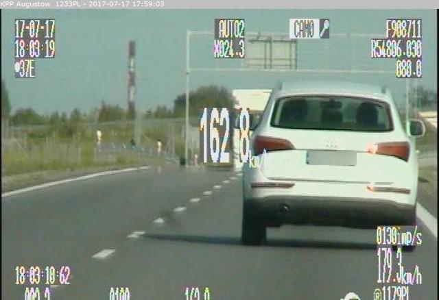 Po zmierzeniu prędkości okazało się, że siedzący za kierownicą 59-letni mieszkaniec Suwałk jechał z prędkością 162 km/h,