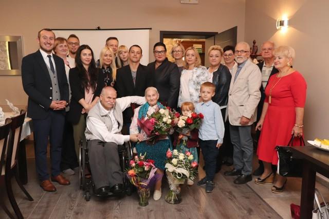 Jubilatka w towarzystwie rodziny świętowała setne urodziny. Życzenia pani Władysławie złożył też burmistrz Tomasz Sielicki.