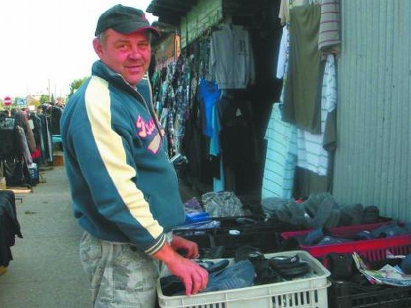 – Lepsze warunki dla pracowników rynku są konieczne – mówi Mieczysław Waleśko, kupiec. – Targowica nie powinna być też podzielona na dwie części. Fot. E. Suchodolska