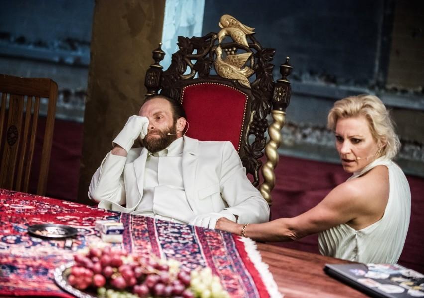 """Teatr Polski w Poznaniu: """"Бути чи не бути"""" Hamlet w Starej Rzeźni mówi po ukraińsku. Główną rolę gra Roman Łutskyi"""