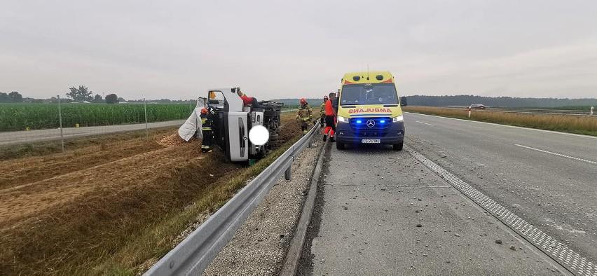Groźny wypadek na S5 pod Bydgoszczą. Ciężarówka staranowała barierę i przewróciła się na bok [zdjęcia]