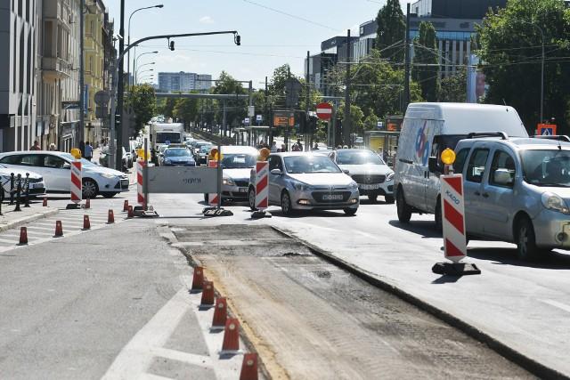 W czwartek rozpoczął się remont nawierzchni ulicy Królowej Jadwigi, między ul. Półwiejską a Niezłomnych. Droga jest przejezdna, ale od rana tworzyły się tam duże korki.