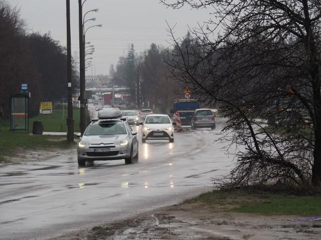 Zarząd Dróg i Transportu w Łodzi postanowił wziąć się za porządne naprawy łódzkich ulic. Ciągłe łatanie niektórych z nich, np. ul. Dostawczej, nie ma sensu. Dlatego powstała lista ulic, na których w tym roku pojawią się asfaltowe nakładki. Na kilku naprawiona będzie także zniszczona podbudowa. Prace wykonane będą w ramach 10 mln zł, które na początku roku miasto przeznaczyło na ten cel.