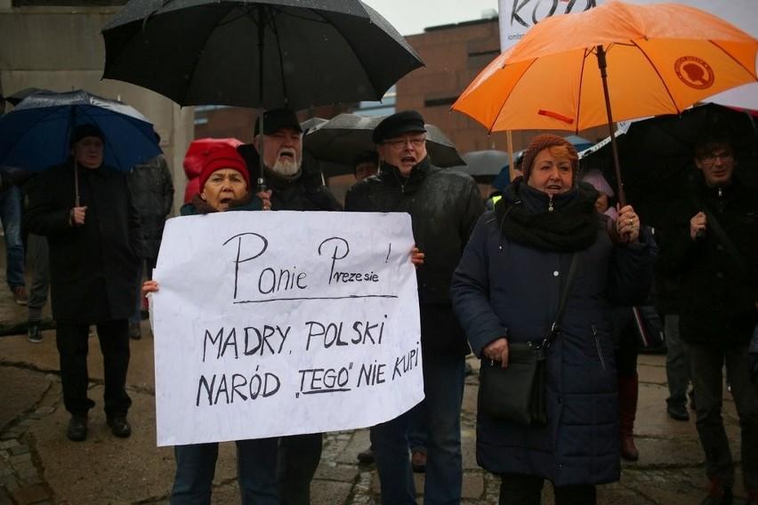 """Wiec KOD """"Obywatele dla demokracji"""" 13.12.2015, Plac..."""