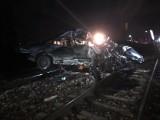 Tragedia na torach kolejowych w Rożkach pod Radomiem. Pociąg roztrzaskał samochód!