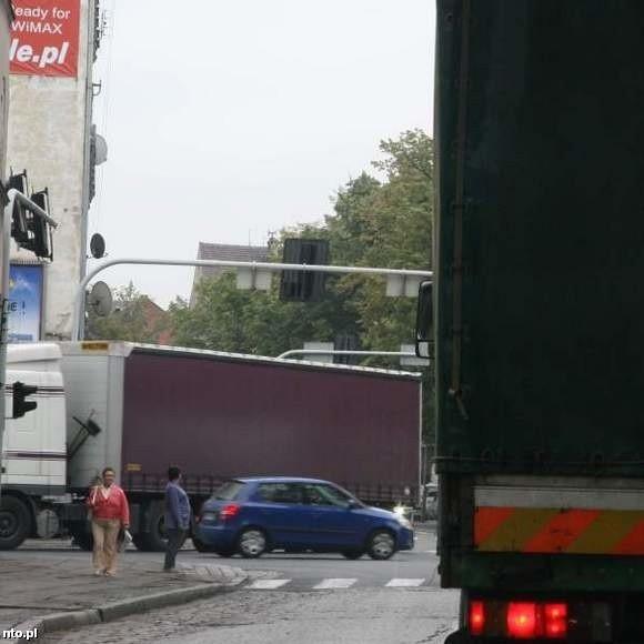 Teraz skrzyżowanie ulic Jagiełły, 3-go Maja, Chrobrego i Armii Krajowej od porannych godzin do popołudnia jest zakorkowane. Głównie tirami.