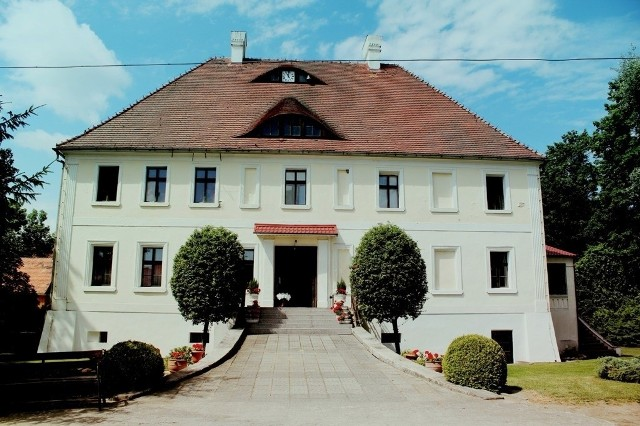Pałac w Solnikach – wybudowany w XVI w. Wraz z oranżerią i parkiem tworzy zespół pałacowo-parkowy.