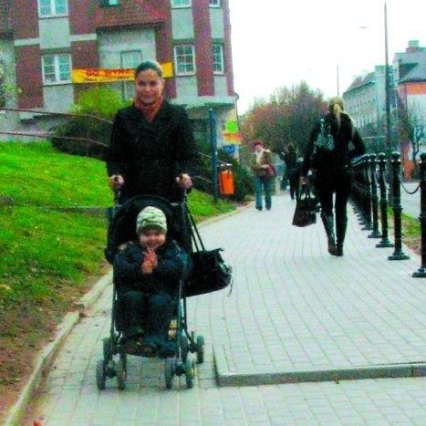 - Dobrze, że można tutaj bez problemu zjechać wózkiem - uważa ełczanka Ewelina Nerkowska. Na zdjęciu z 3-letnim synkiem Dawidem.