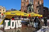 Kraków. W święto zakochanych, krakowski Rynek przyciągnął sporo ludzi [ZDJĘCIA]