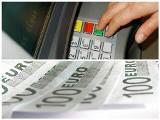Jak opłaca się płacić za granicą? Bankomat jest bardzo drogim kantorem