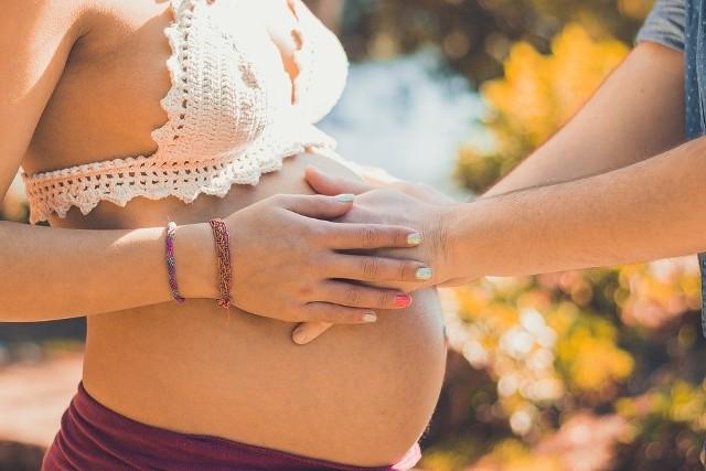 Dobrze dobrany ciążowy stanik nie tylko zapewni nam komfort i wygodę, ale również zapobiegnie zniekształceniom piersi, uchroni je przed utratą elastyczności i odciąży kręgosłup, niwelując bóle pleców czy ramion.