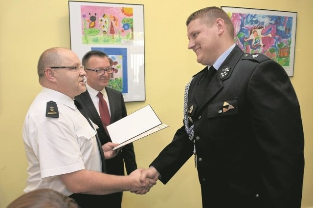 Strażakom (na zdjęciu Michał Król) gratulował m.in. zastępca komendanta miejskiego PSP w Białymstoku i burmistrz Wasilkowa