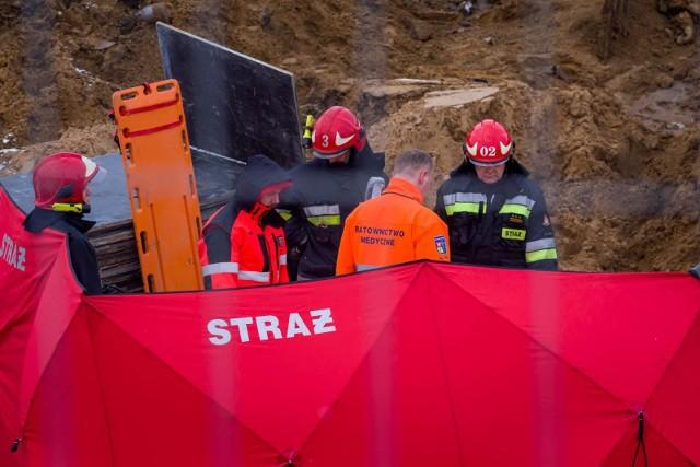 27-letni robotnik był przysypany tylko częściowo. W chwili, gdy dotarli do niego strażacy, oddychał, był z nim kontakt. Drugiego z mężczyzn nie udało się uratować. Sekcja zwłok wykazała, że 43-latek udusił się.