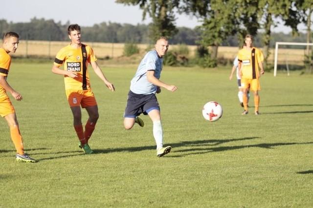 Kacper Kamiński ( w pomarańczowym stroju z nr 5) zdobył obydwie bramki w sobotnim spotkaniu