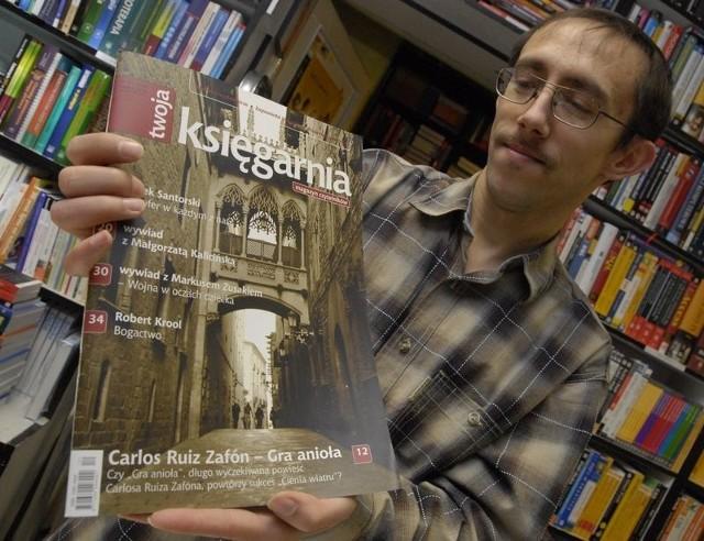 Krzysztof Sawicki z nowym biuletynem promującym książki z jego księgarni.