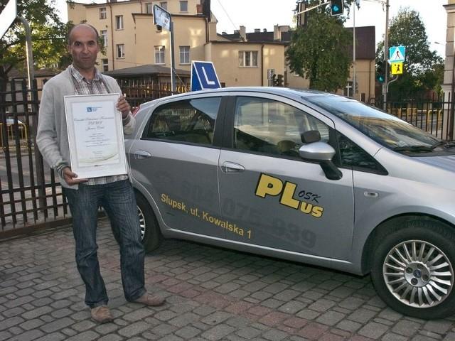 Janusz Drob z dumą prezentuje dyplom za zwycięstwo w naszym plebiscycie.