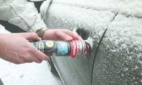 Jednym ze sposobów na dostanie się do auta, gdy zamarznie zamek, jest zastosowanie specjalnych odmrażaczy.
