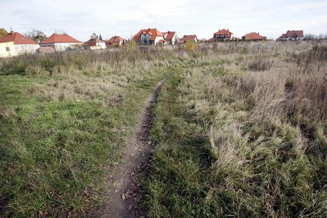Działki łatwiej odrolnić, gdy sąsiadują już zabudowanymi działkami budowlanymi i mają dostęp do drogi publicznej.