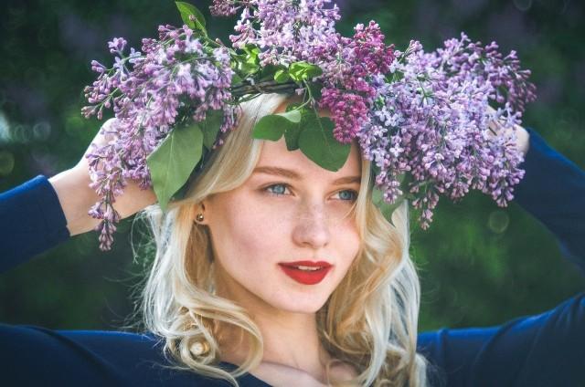 Brązowy cień, różowe usta, dobrze wykonturowane policzki - to sprawdzona recepta na odmładzający makijaż. Oczy są zwierciadłem duszy, dlatego należy pamiętać o jak najlepszym podkreśleniu ich! Szukasz inspiracji na letni makijaż odmładzający? Zapraszamy do naszej wakacyjnej galerii>>>