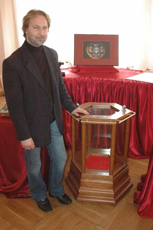 - Specjalnie zaprojektowaliśmy takie skarbonki na zbiórkę społeczną. One staną w muzeum i ratuszu - mówi dyrektor muzeum Leszek Marciniak.