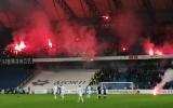 Sześć osób zatrzymanych po meczu Lech Poznań - Lechia Gdańsk, jedna usłyszy zarzuty. Po rzucaniu racami przez kibiców ranna została 17-latka
