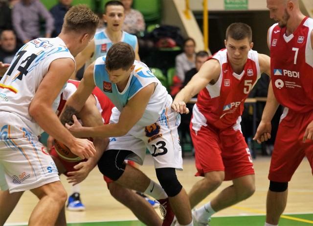 W hali widowiskowo-sportowej w Inowrocławiu zmierzyli się koszykarze KSK Noteć Inowrocław z ekipą AZS UMK PBDI Toruń. Wygrali inowrocławianie 107 do 82.